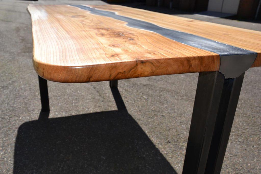 _detail-blad-links-massief-iepen-tafel-met-stalen-frame-en-ingelegd-staal
