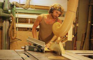 Marck Wester aan de zaagmachine