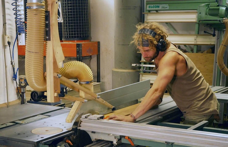Marck Wester aan de zaag machine