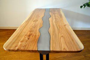 vooraanzicht-massief-iepen-tafel-met-stalen-frame-en-inlegwerk-van-uitgesneden-plaatstaal-hdr
