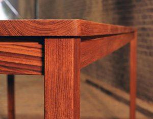 teak-tafel-detail-poot-en-zijkant