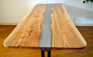 Vooraanzicht massief-iepen tafel met stalen-frame en inlegwerk van uitgesneden plaatstaal hdr